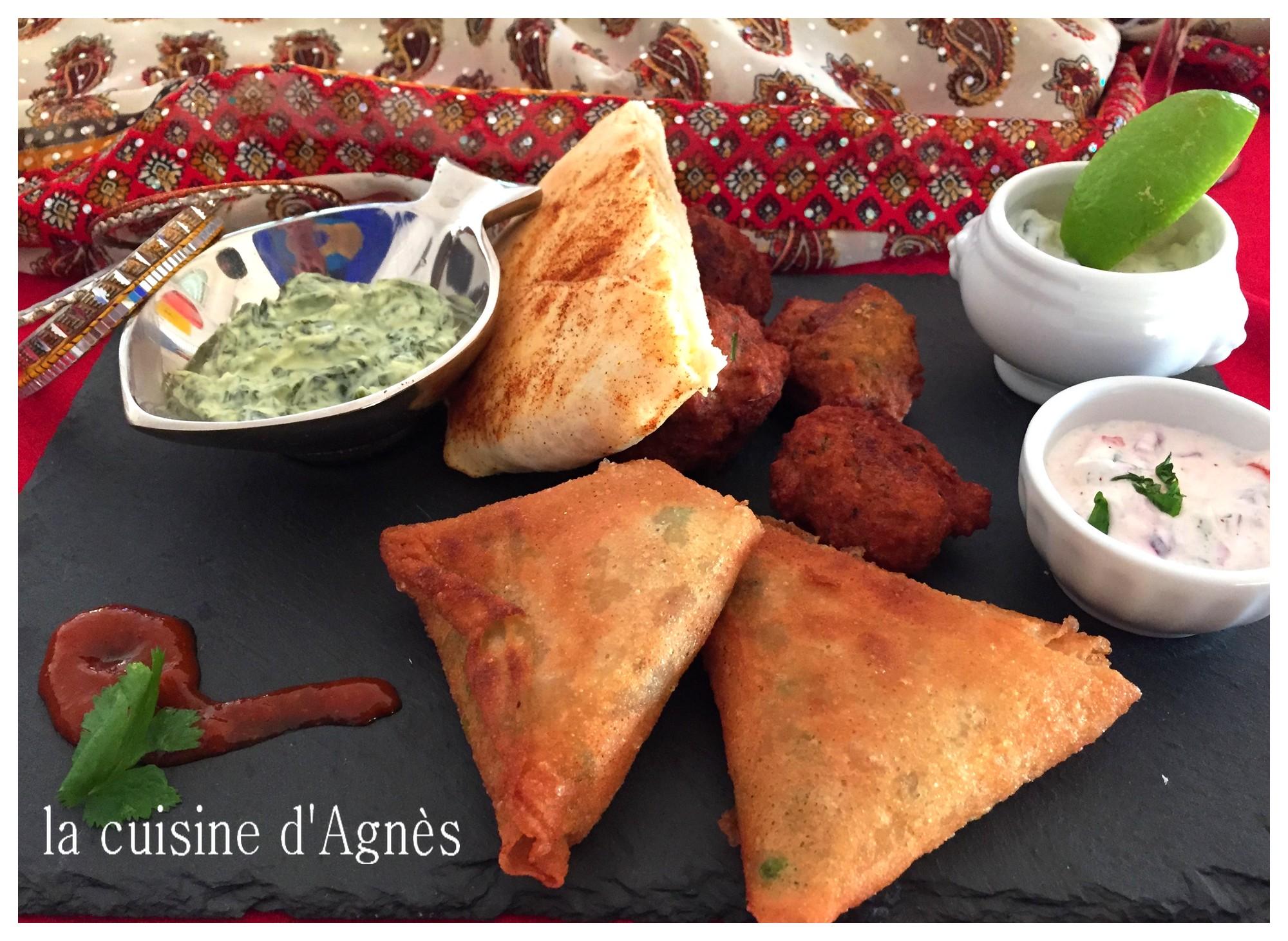 plateau indien : naan au fromage - masala vadai (beignets de lentilles épicées) - raita aux épinard/concombre/menthe  tomate/gingembre - samossa végétariens (brick)